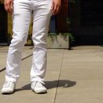 いきなり来た夏には白いリーバイスのジーンズと白いスプリングコートのスニーカーで対抗!