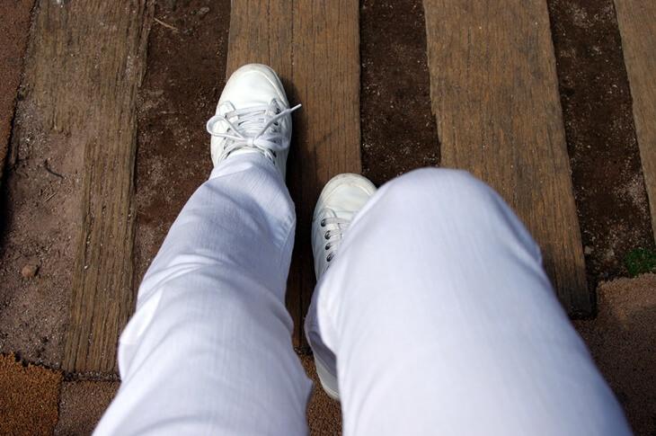 リーバイス & スプリングコートの白いスニーカー(2)