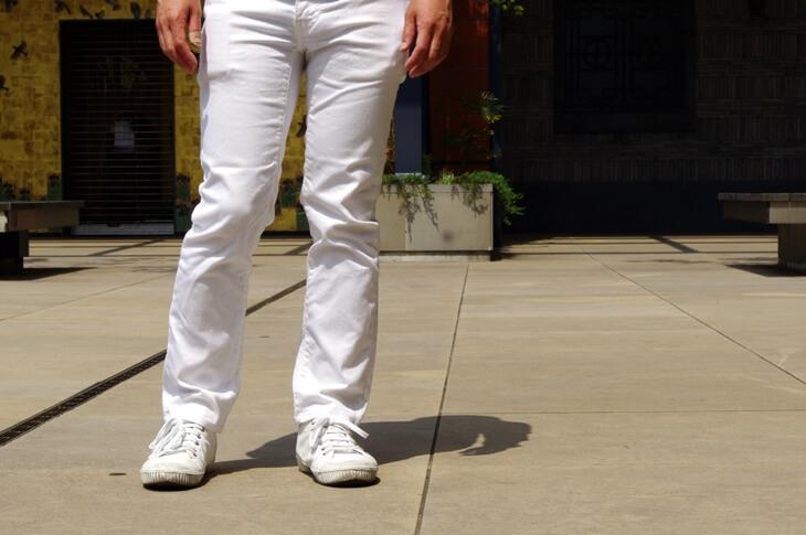 リーバイス & スプリングコートの白いスニーカー
