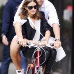 オリヴィア・パレルモとヨハネス・ヒューブルに見る荷台のない自転車のラブラブな二人乗りの方法。