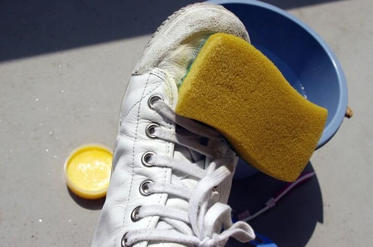 白のレザースニーカーにおけるサドルソープの使い方 (3)