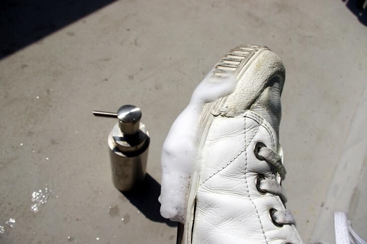 白のレザースニーカーにおけるサドルソープの使い方 (4)