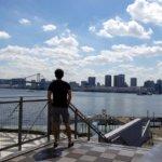 東京湾岸エリアでひとり絶景を楽しみたいんならやっぱり晴海客船ターミナルでしょ!AKMのTシャツとベネトンのカーゴショーツがやたら映えるんデス。