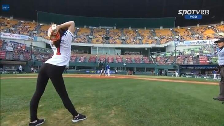 韓国の新体操選手、シン・スジの始球式 (1)