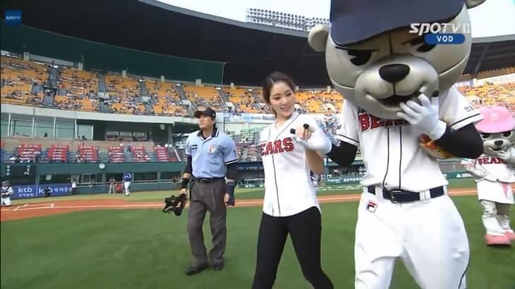 韓国の新体操選手、シン・スジの始球式 (2)