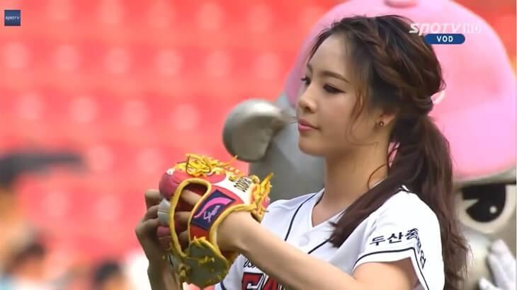 韓国の新体操選手、シン・スジの始球式(3)