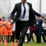 ベッカムがスーツと革靴でサッカー!?