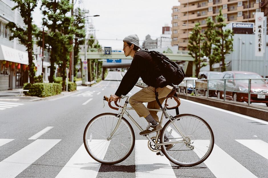 お洒落な自転車に乗る男 (2)