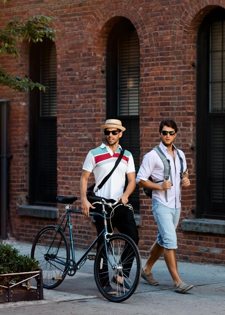 自転車をひくおしゃれな男