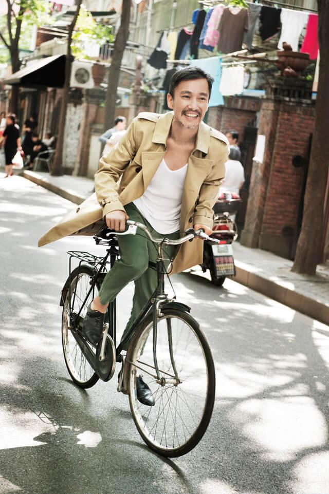 トレンチコートを着て自転車に乗る男たち (1)