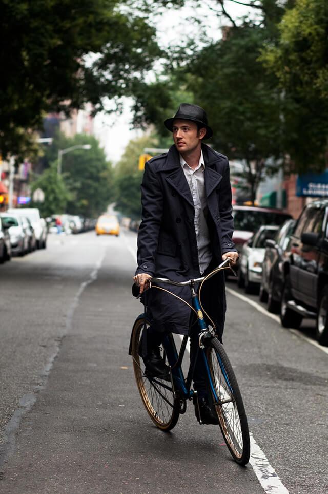 トレンチコートを着て自転車に乗る男たち (2)