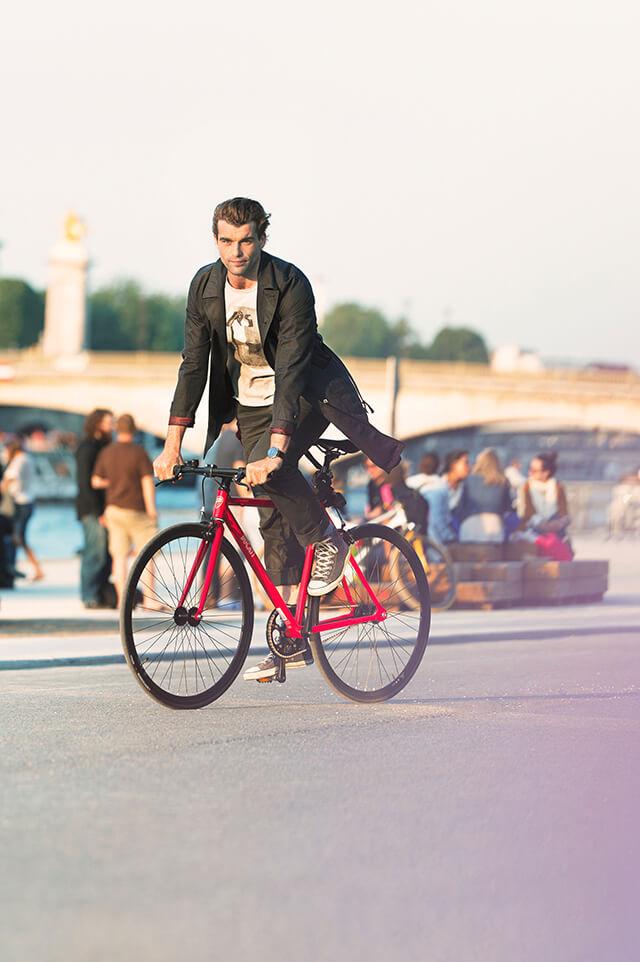 トレンチコートを着て自転車に乗る男たち (3)