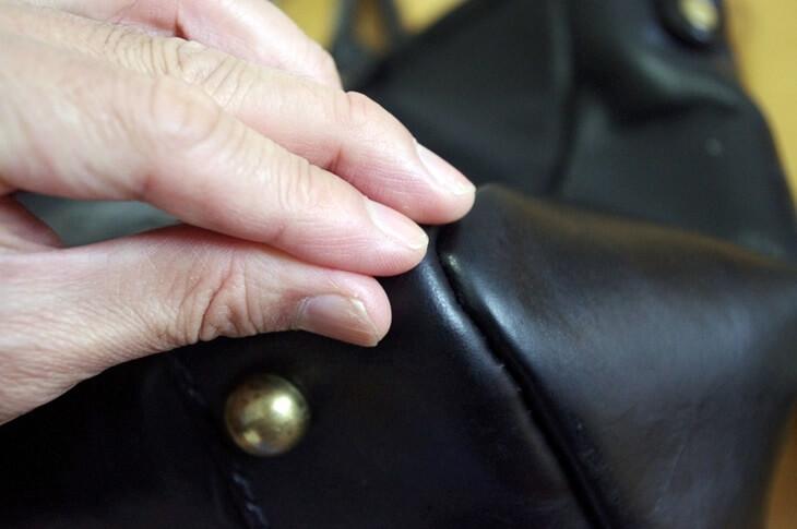 ヘルツ トートバッグ カラー着色補修クリーム 色落ち サフィール 色修正クリーム SAHIR renoveting cream x HERZ 触ってみると (3)