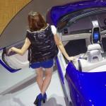 東京モーターショー2013 第5弾 着せ替え出来る車?ダイハツKOPENの着せ替えに美女が挑む。