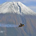 富士山上空を時速300kmで飛んだ話題の鳥人ジェットマン、ところでどうやって飛び立ってどうやって着陸したの?
