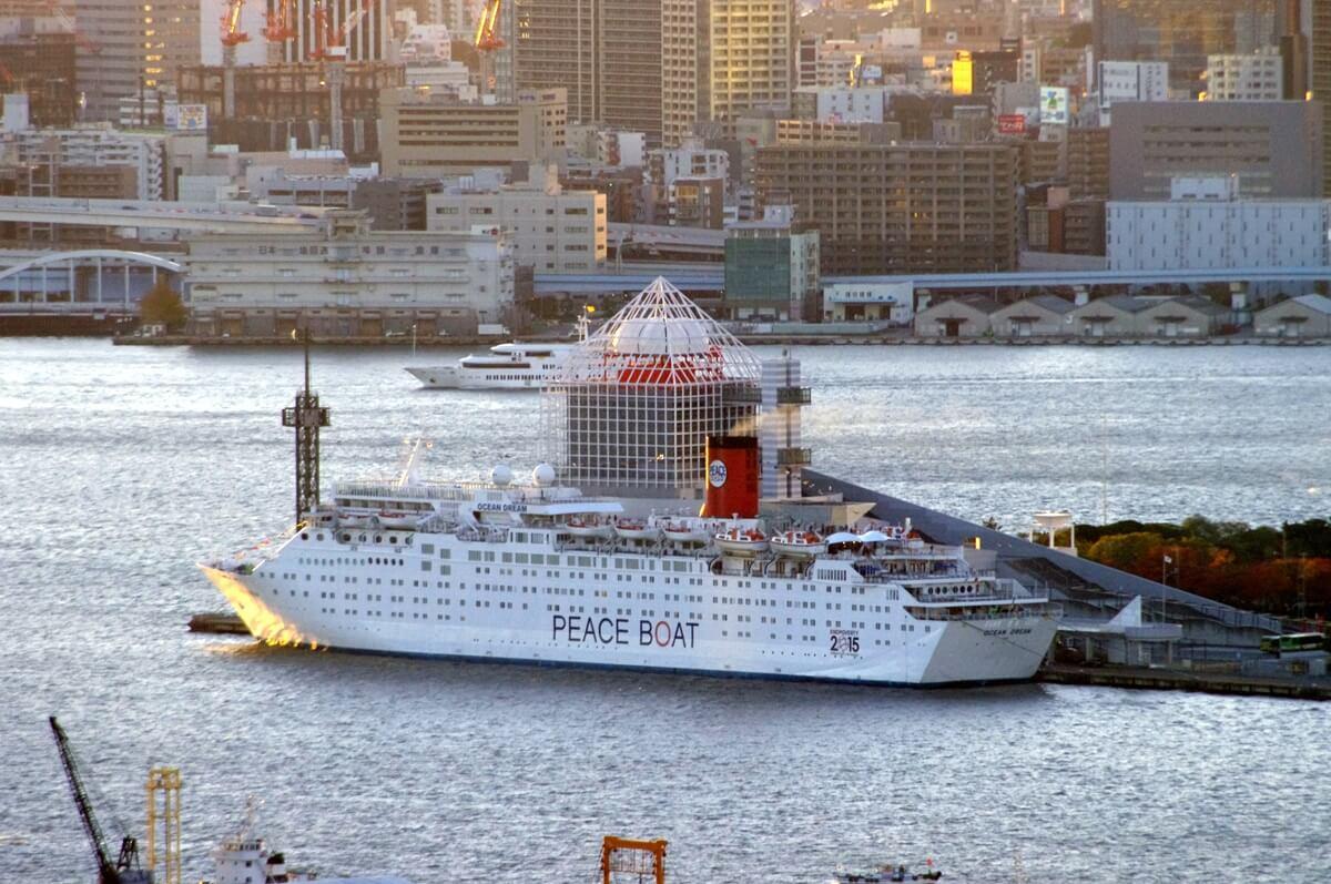 晴海埠頭に停泊するpeace boat (2)
