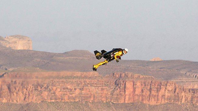 グランドキャニオンを飛ぶジェットマン rocket-man-grand-canyon