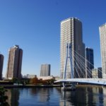 青空の下の辰巳桜橋と八起庵の京風鶏カレー。
