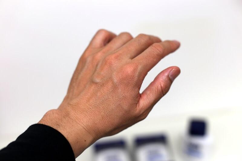 ニベアを塗った手 NIVEA HAND