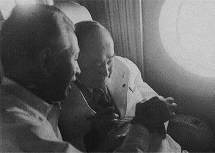 サンフランシスコ講和会議へ向かう 機上の吉田茂(右)と白洲次郎 Yoshida_en_route_to_San_Francisco_1951