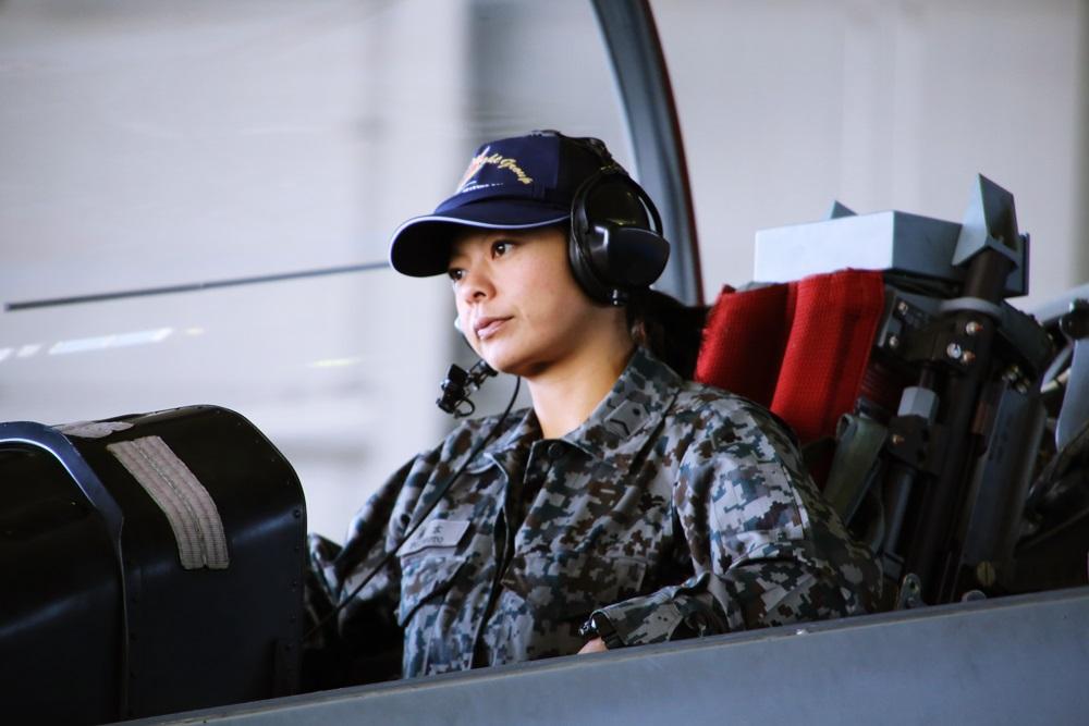 女性パイロット T-4 (練習機) 女性自衛官 西武池袋線 稲荷山公園駅 2014年入間基地航空祭 T-4 2014 iruma  fly team (26)
