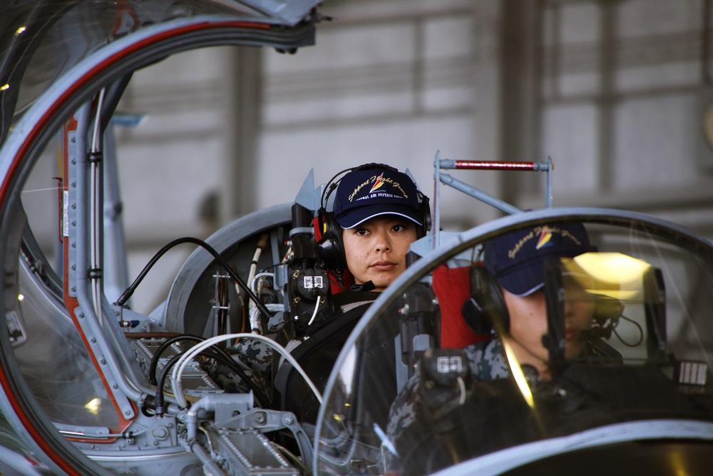 女性パイロット 戦闘機 T-4 (練習機) 西武池袋線 稲荷山公園駅 2014年入間基地航空祭 T-4 2014 iruma  fly team (25)