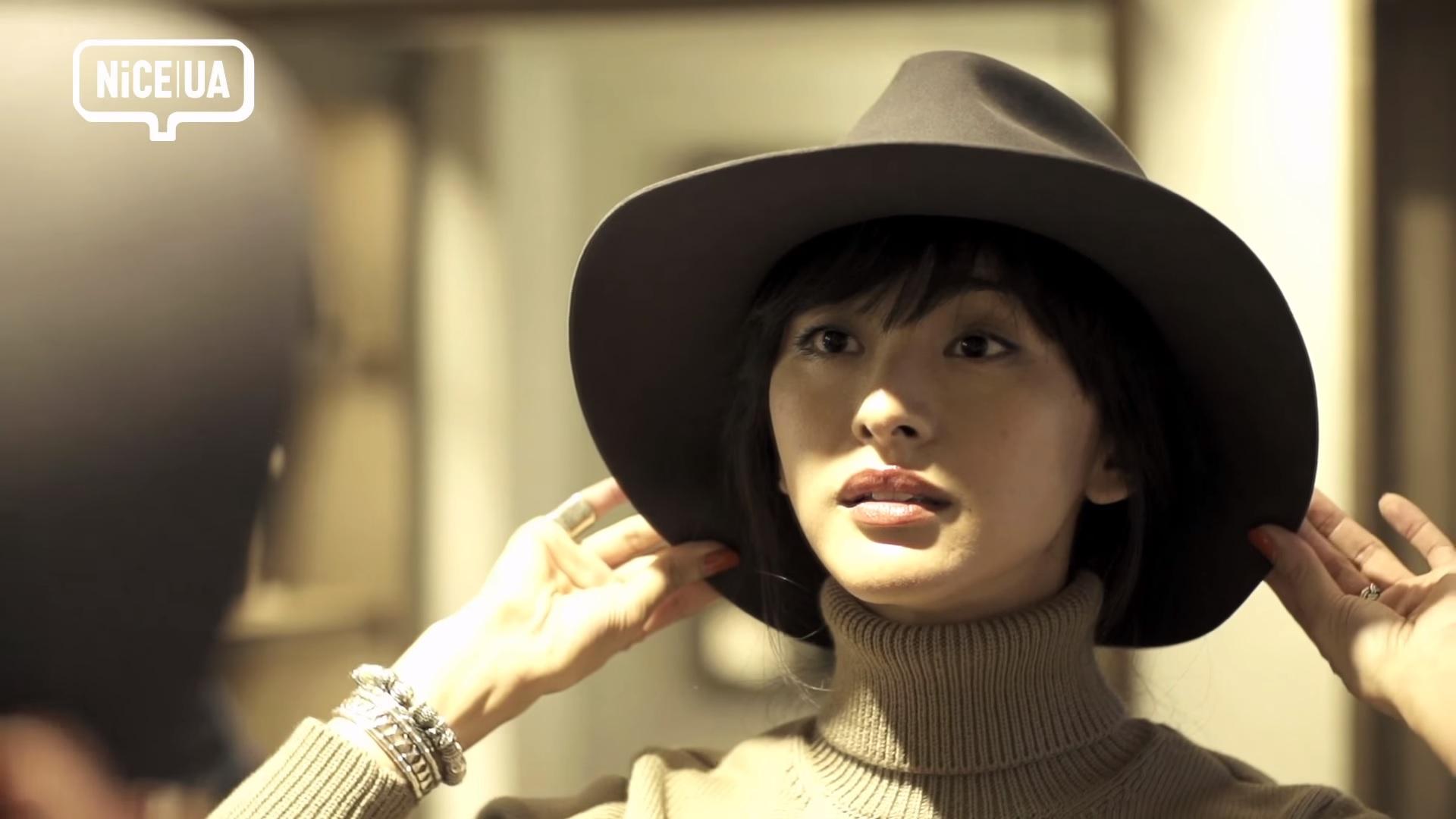 UA (1) ユナイテッド・アローズ モデルのクリス-ウェブ 佳子が普段使いしやすいハットを探して、帽子デザイナー木島隆幸のアトリエを訪れた。