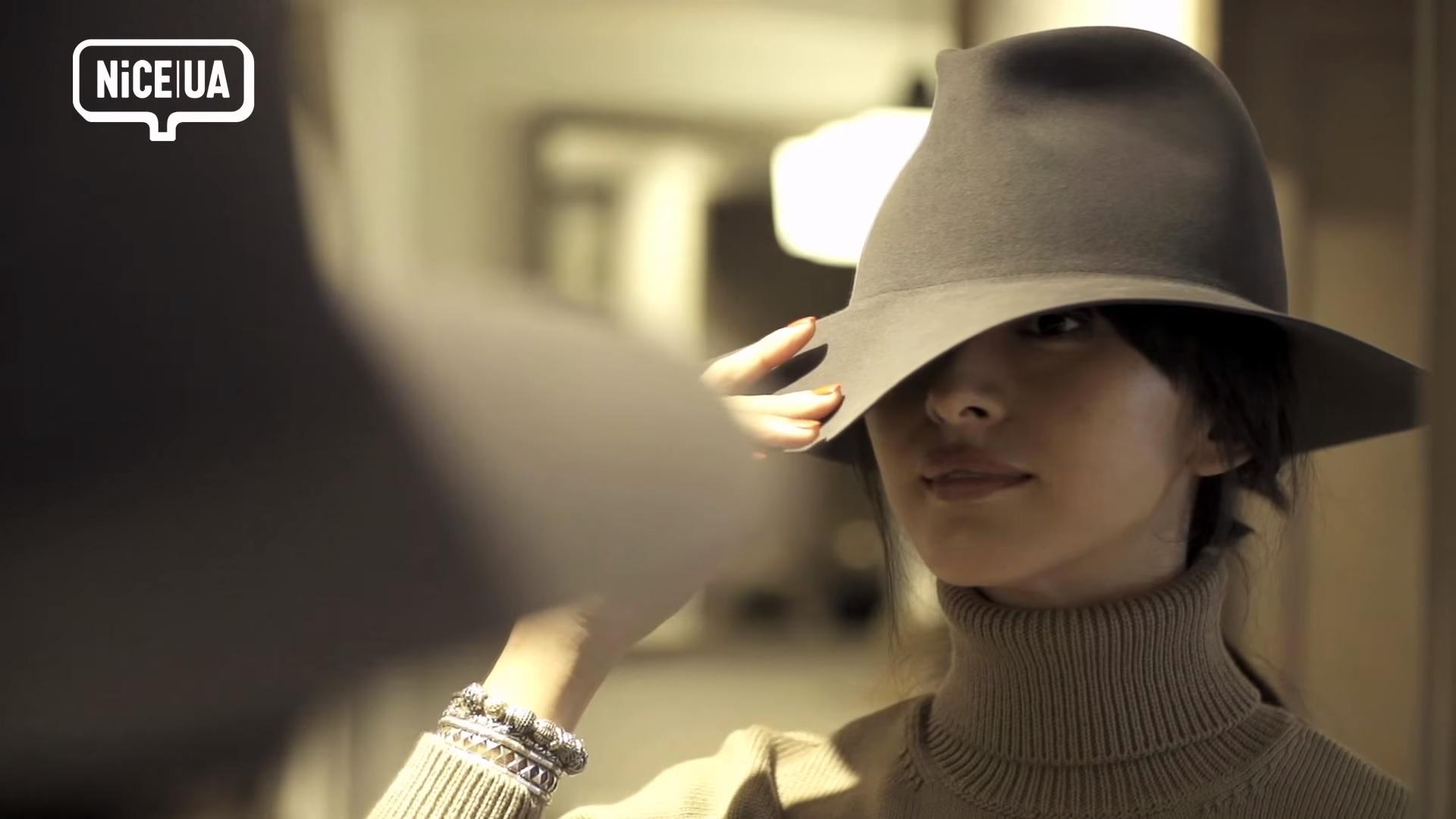 UA (2) ユナイテッド・アローズ モデルのクリス-ウェブ 佳子が普段使いしやすいハットを探して、帽子デザイナー木島隆幸のアトリエを訪れた。