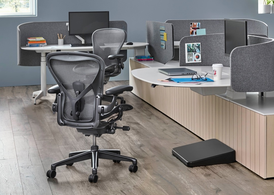 ハーマン・ミラー リマスターされた新型アーロンチェア herman-miller-just-redesigned-its-iconic-aeron-chair-1