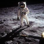 月 面 着 陸 。