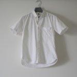 MUJIの白シャツ。