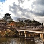 紅葉に燃える大阪城。