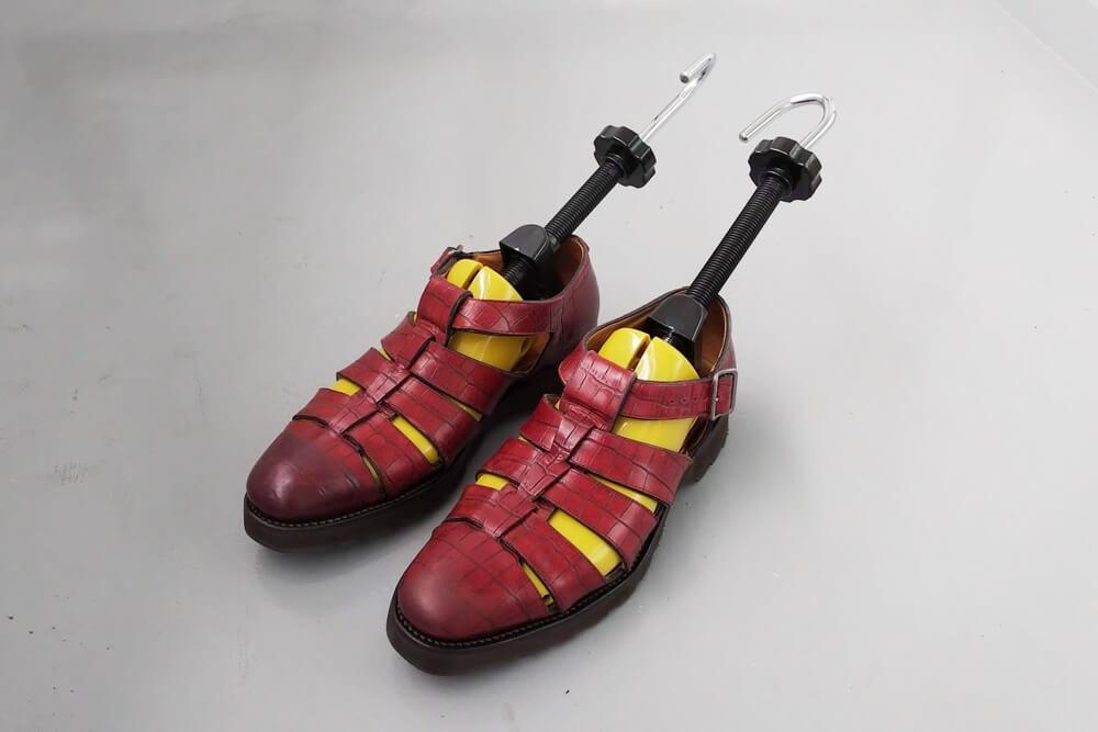 [Masetley] シューズストレッチャー シューキーパー シューズフィッター 靴サイズ調整 靴伸ばし プラスチック 靴擦れ 靴ズレ 馬毛プラシ 携帯靴べら付 メンズ レディース 二個セット 左右兼用