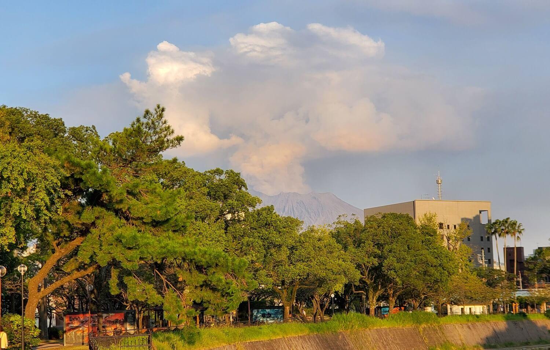 噴煙上げる桜島